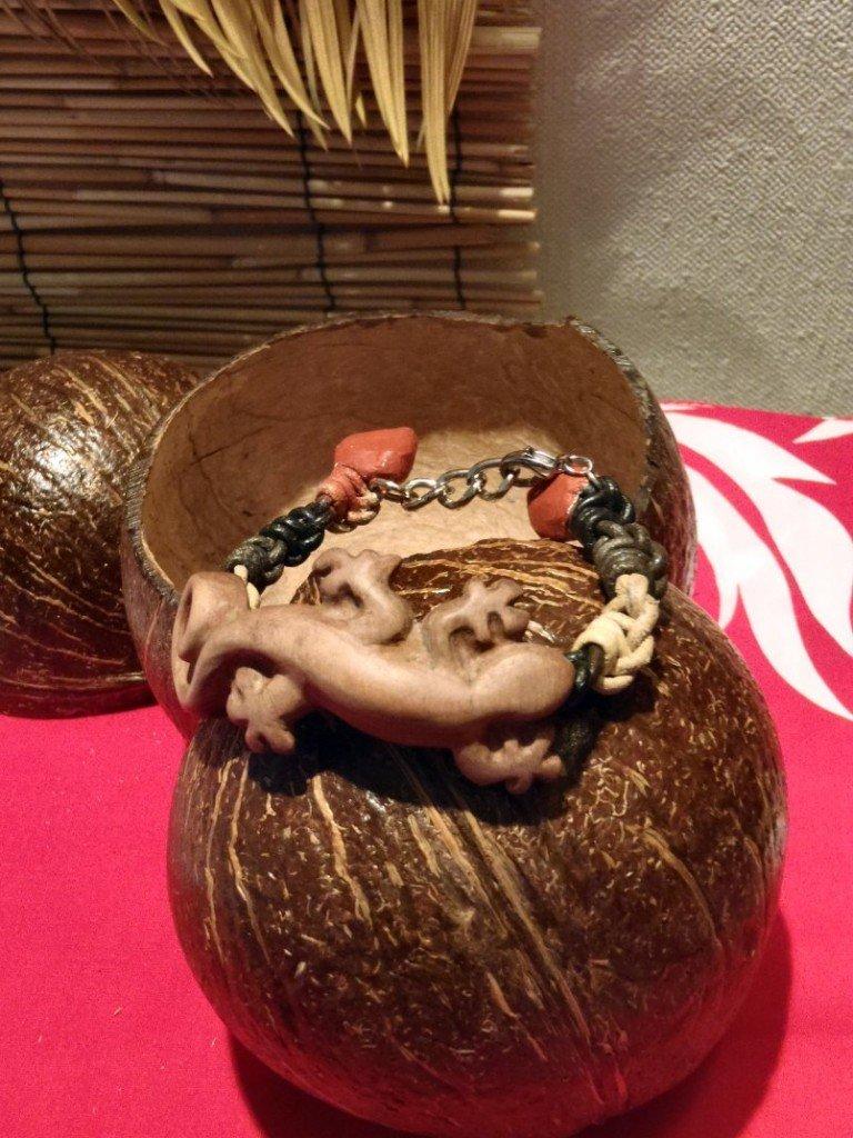 Bracelet cuir et bois dans TIKI cuir-olivier1-TW-768x1024