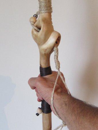 baton-corna-hand bâton dans Le Bâton